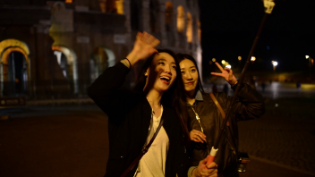 coliseum-at-night-girls-korean-japanese-chinese-have-fun-making-photo-selfie_hiffgwdrlg_thumbnail-full01